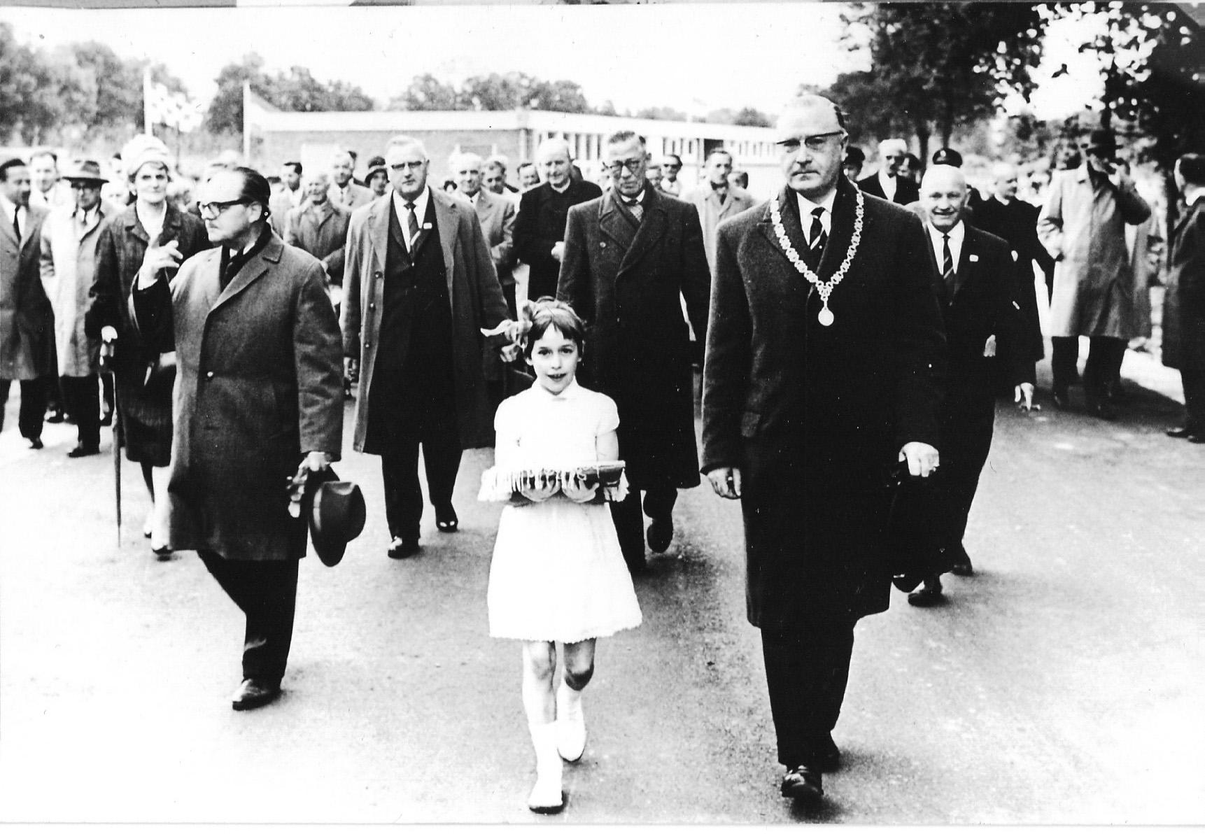 1961 11 mei Burgemeester Kamerbeek opent sportpark Zegenwerp,