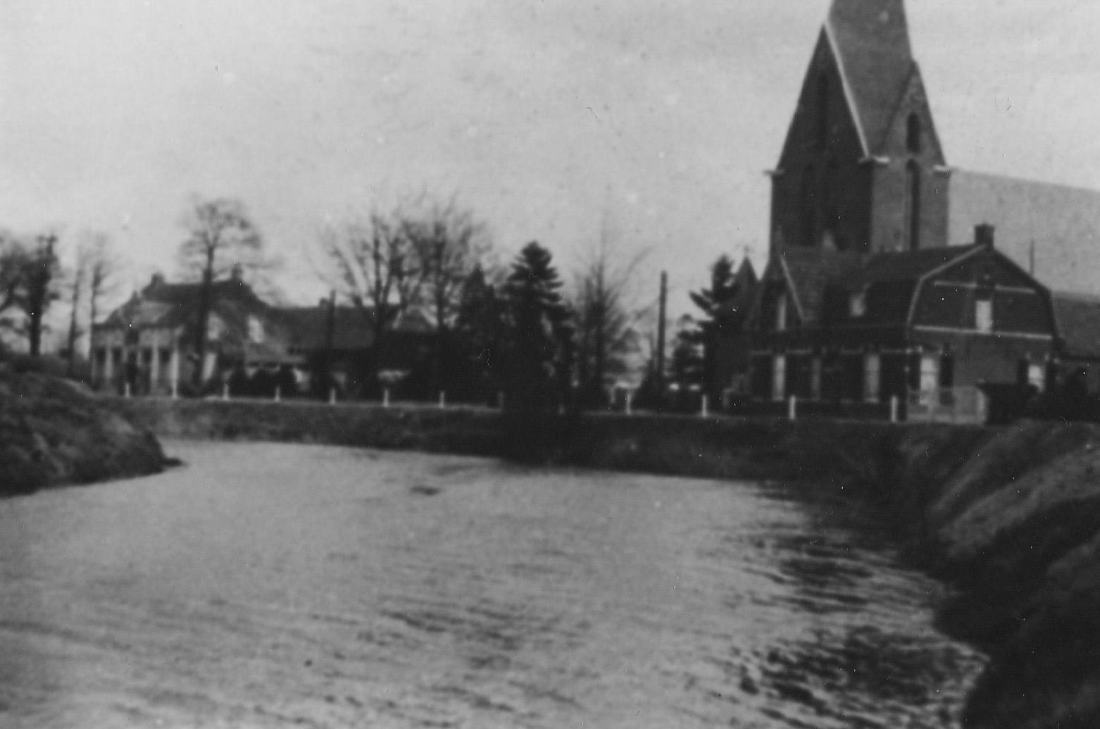 ca1930 Michaelkerk en pastorie aan de Dommel, de Dommel is eind jaren 30 verlegd