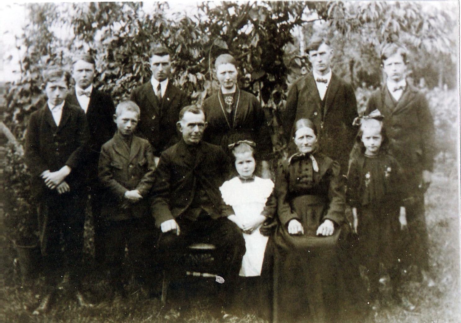 ca1925 Fam Johannes Hoevenaars * 2101 1868 Den Dungen + 2008