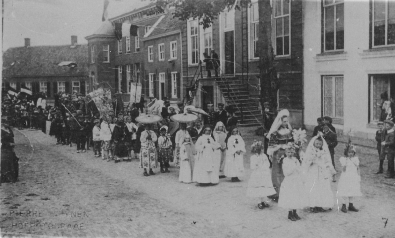 ca1902 Heilige Kindsheid processie, voor het gemeentehuis