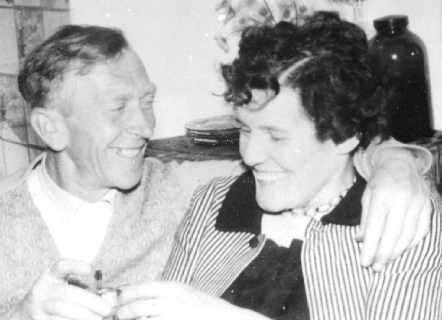 ca1960 Jan [de paol] Schellekens bij 50e verjaardag en Kee zijn vrouw