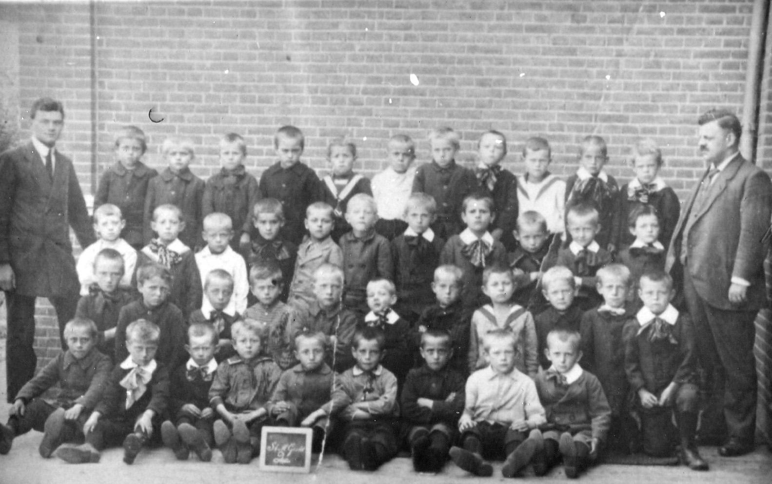 1918 2e klas openbare lager school ca 1918, rechts A.J.Jansen [hoofd]