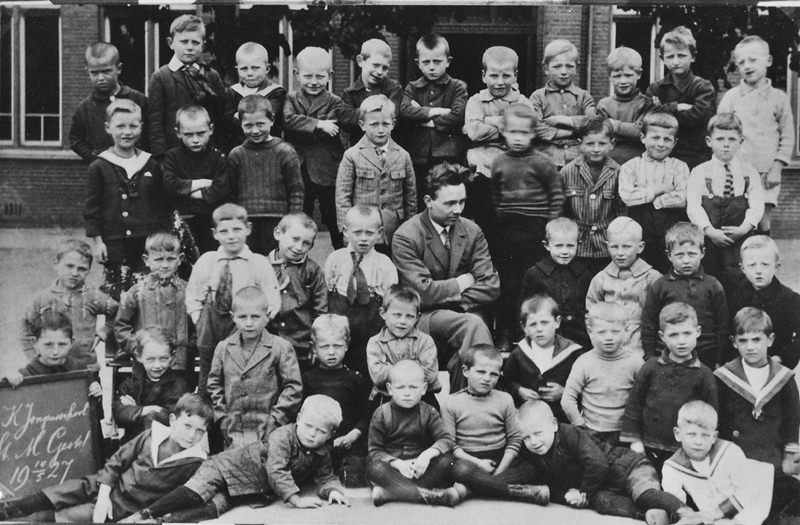 192714 mei, 1e klas, R.K. Jongensschool in Sint-Michielsgestel , samen met meester van Lith