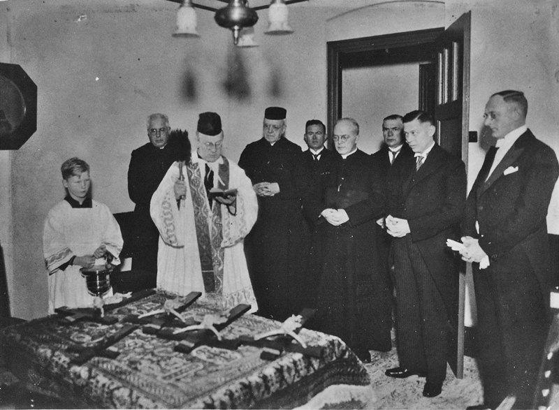1936 Zegening der kruizen bij de opening na verbouw gemeentehuis