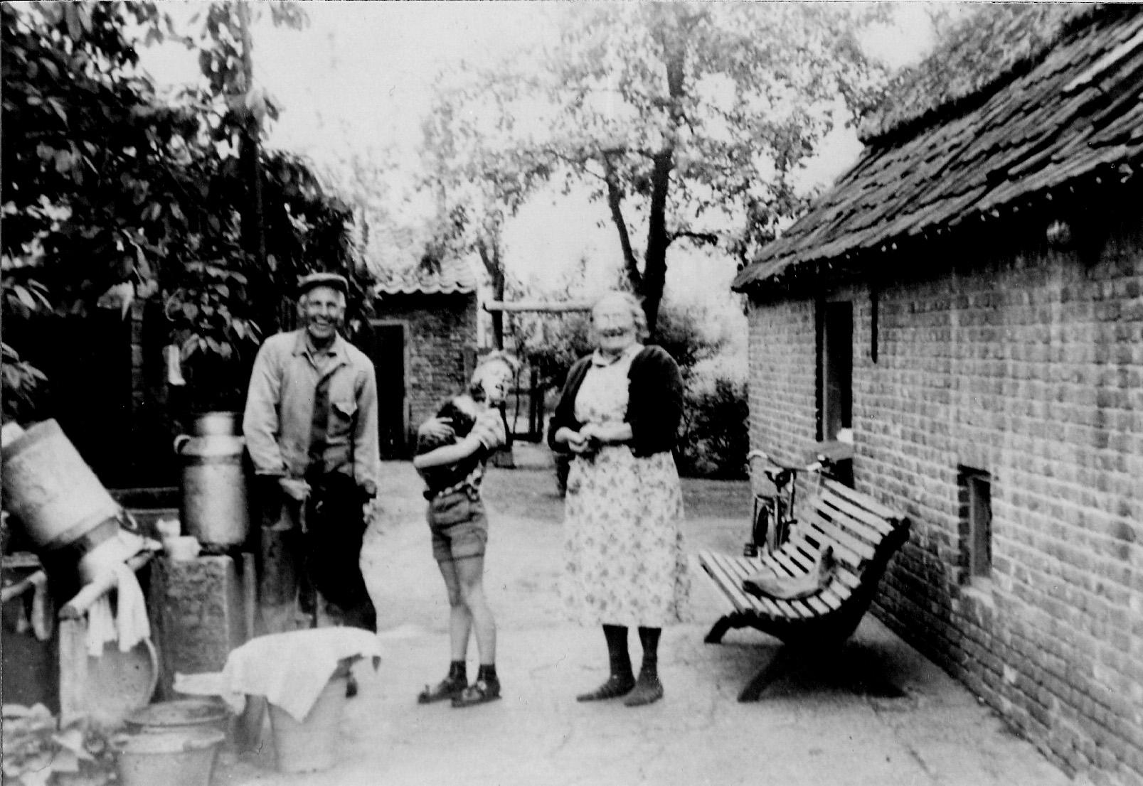 ca1960 Harrie en Drieka Kuijpers met achterneefje Wouter van Oploo, achter hun boerderij ad Beekkant