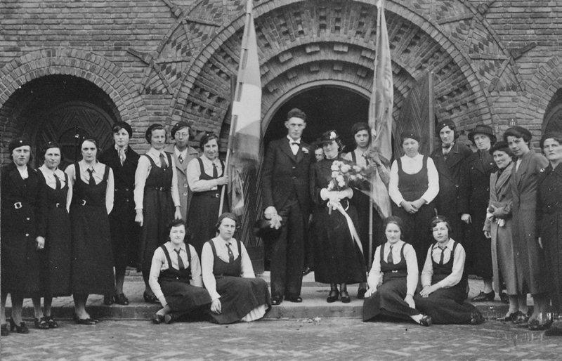 ca 1940 Bruidspaar ………… en Jet van Boxtel en boerinnenbond