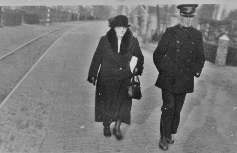 ca1935 Veldwachter Terstege met echtgenote? In de jaren 30 zie tramrails