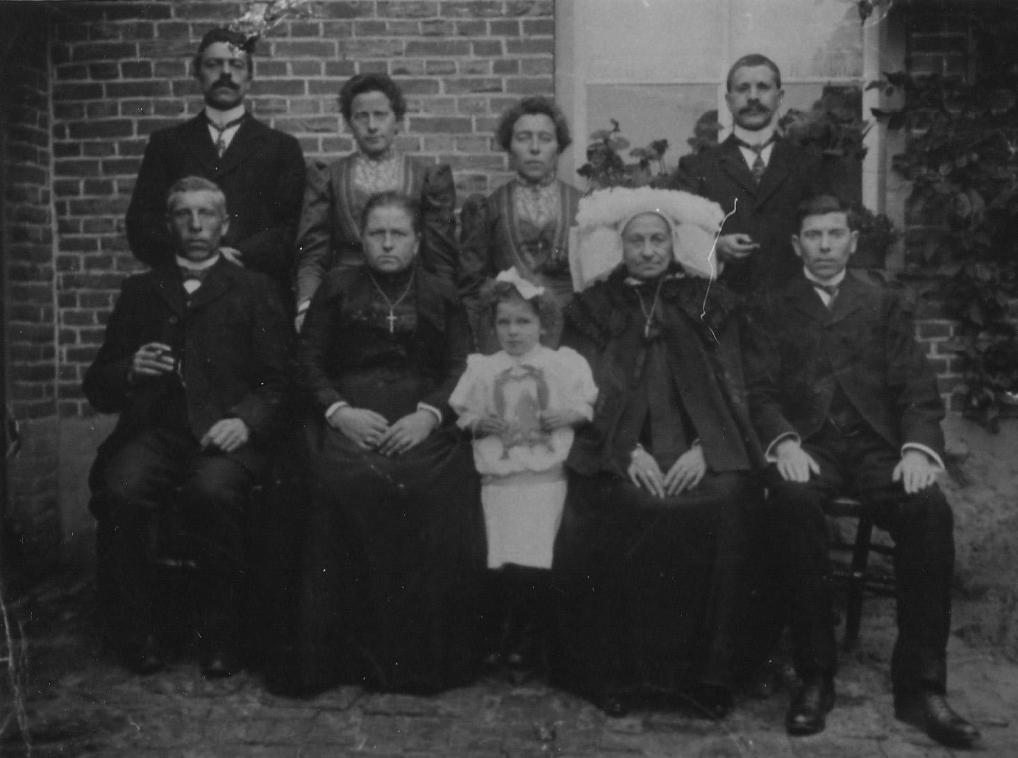 ca1910 Fam van den Berselaar voor het ouderlijk huis aan de Therestraat