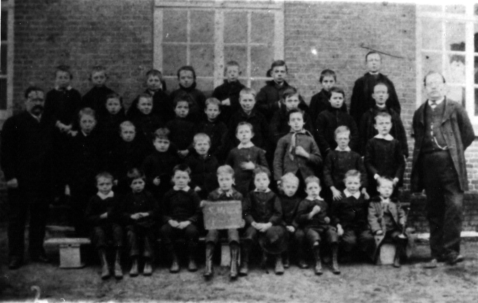 ca1887 Schoolklas, links; hoofd L Govers, rechts; onderwijzer C.H. van Buuren