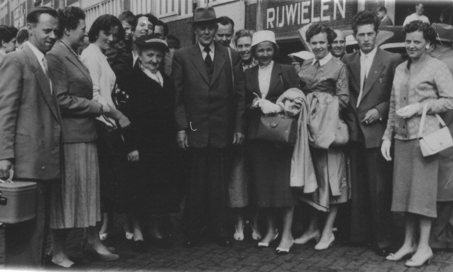 1956 Fam W Verhagen, afscheid Schiphol bij emigratie van Jeanne Verhagen (witte mutsje)