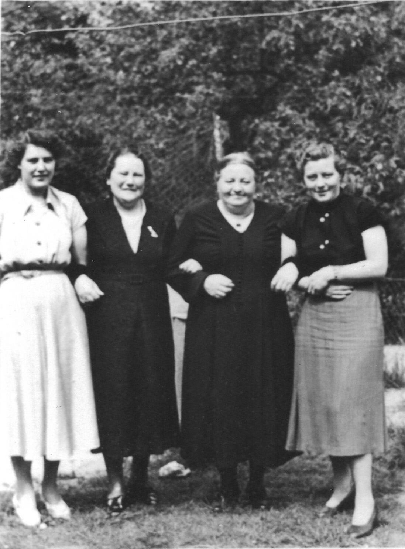ca1960 Anna de Keijzer – Hoezen, dochter Dina, Drika van Schijndel – van Roosmalen, met dochter Zus
