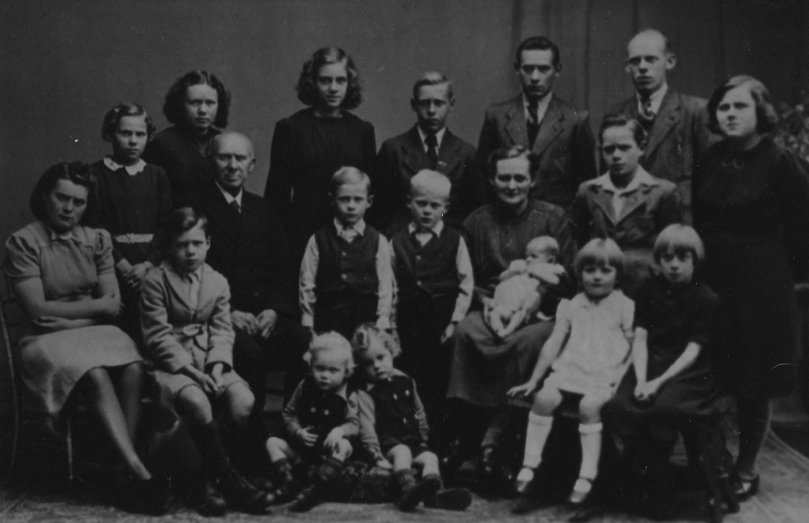 1943 Fam Grard de Leijer en Jet de Boer [winkel en bakkerij] en hun kinderen