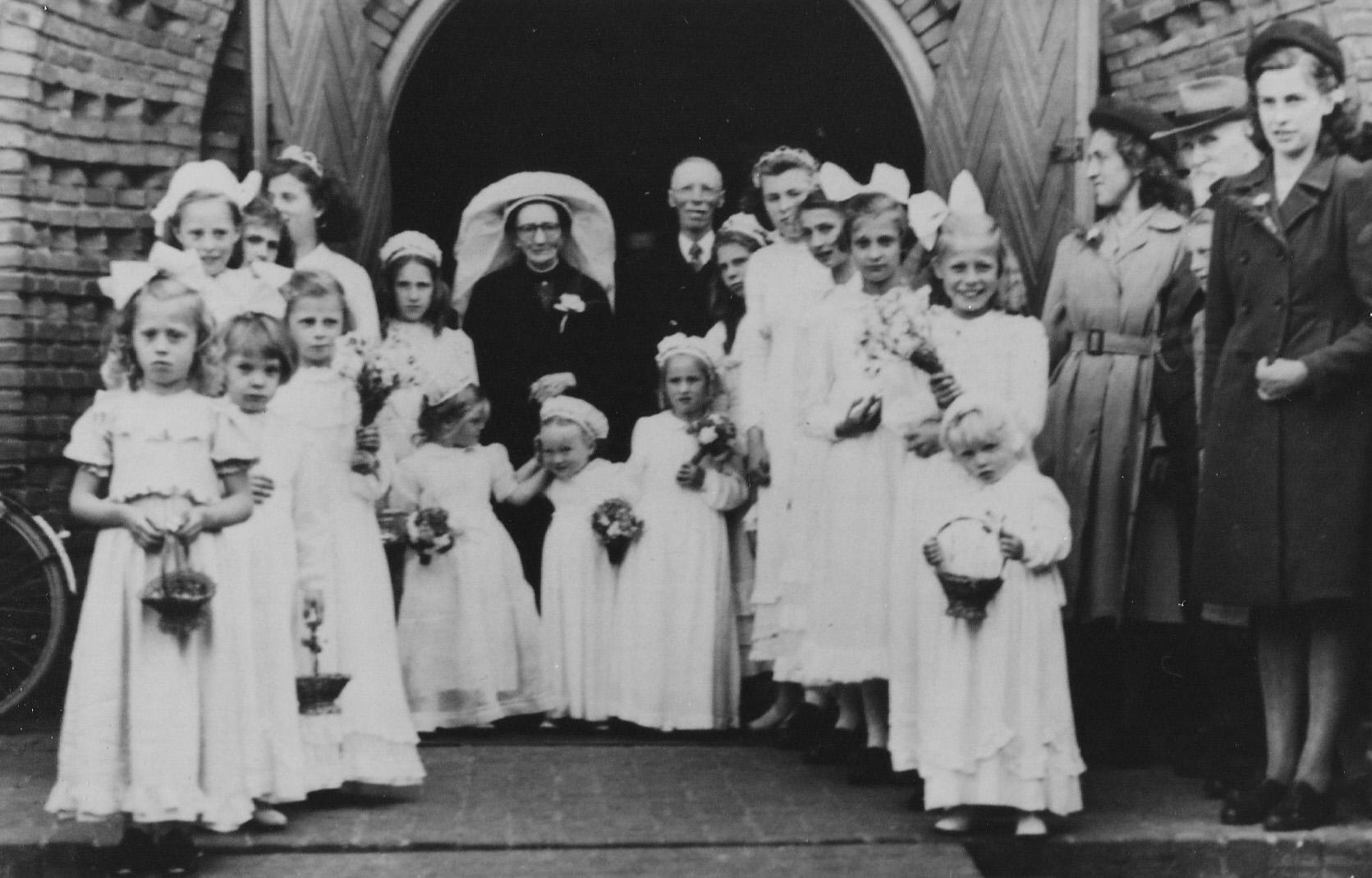 1949 Gouden bruiloft Hannes van Breugel X Jaont de Kort voor de Michaëlkerk