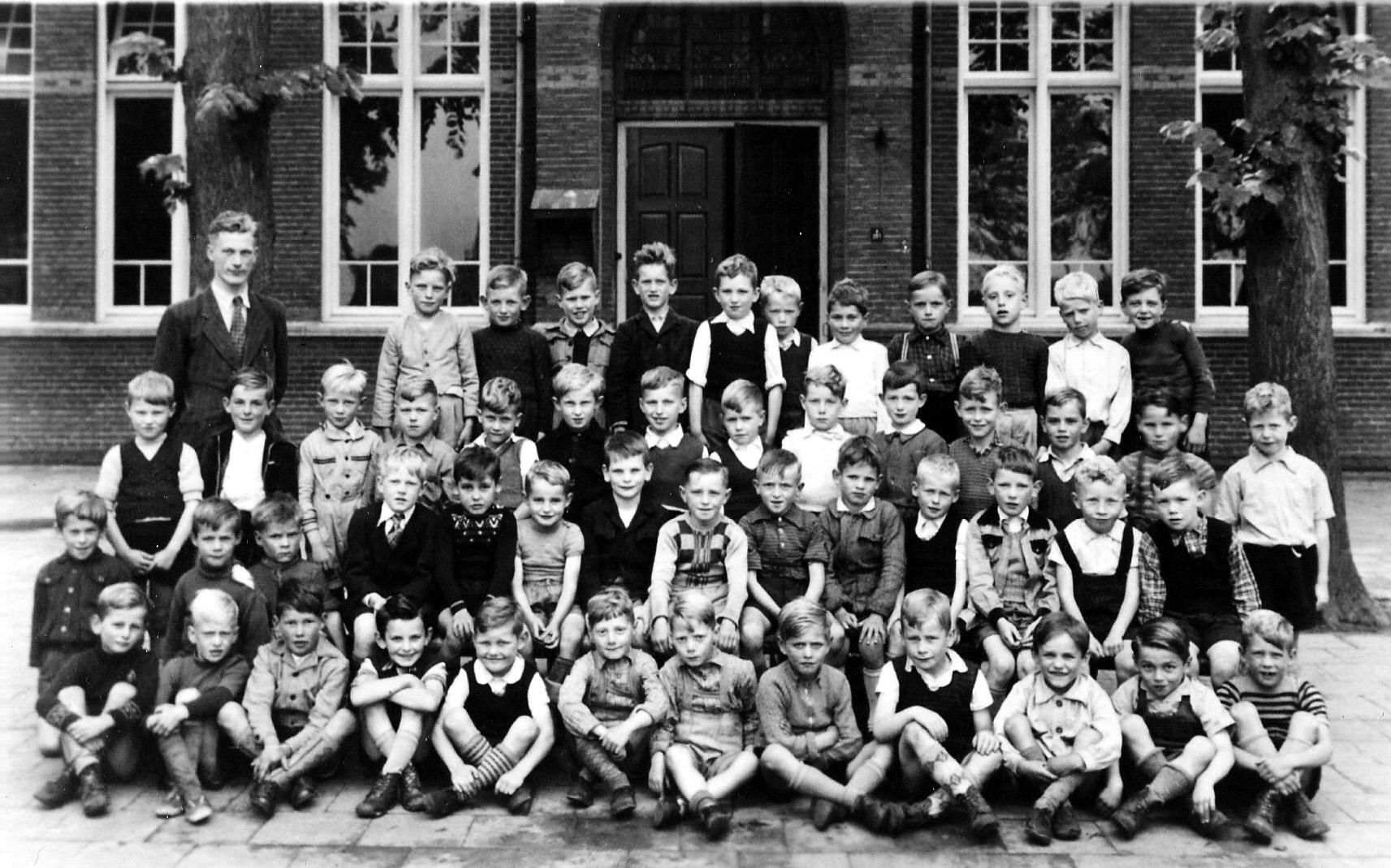 1950 Schoolklas met links achter meester Antoon Terstege en ergens Kees Pennings