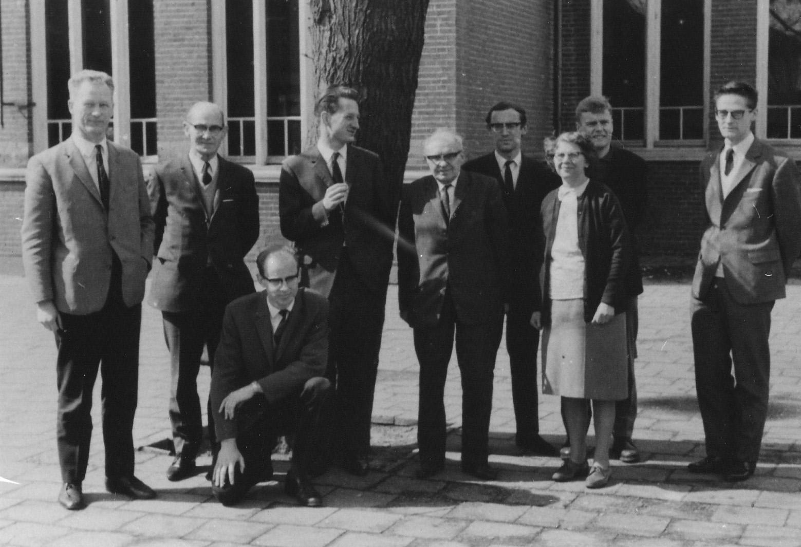 ca1970 Onderwijzers voor de Michaelschool aan de Nieuwstraat