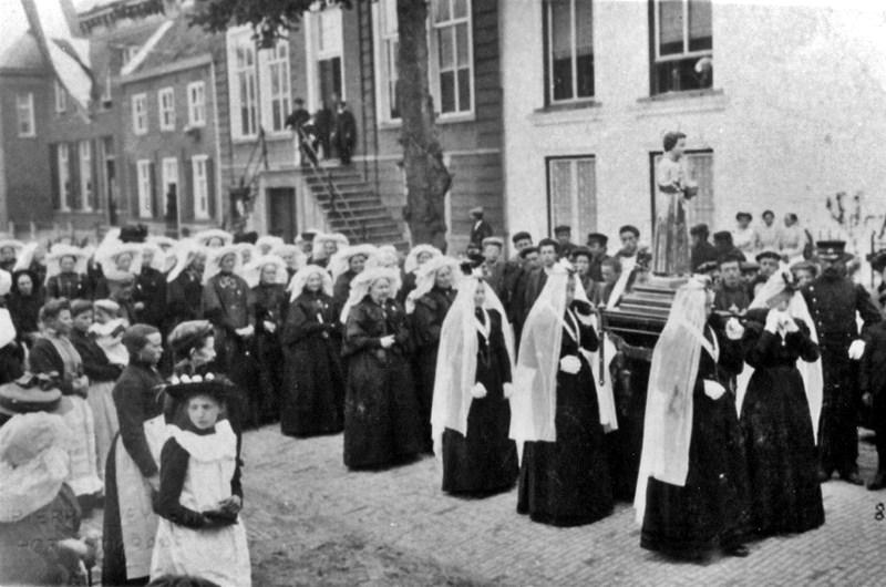 1909 Heilige Kindsheid processie, voor het gemeentehuis