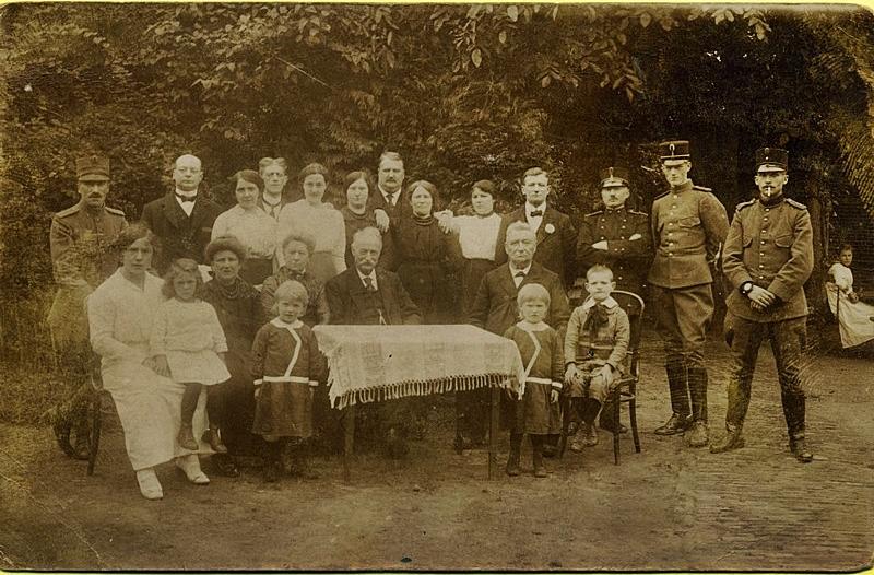 ca1915 Fam. Knicknie met militairen (1914-1918). Wie weet wie dit zijn en ter gelegenheid waarvan
