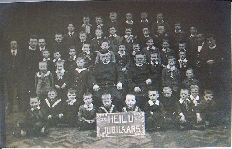 1918 Heil U Jubilaris 25 jaar, 1918 – 1893 met leerlingen van de instellingen?
