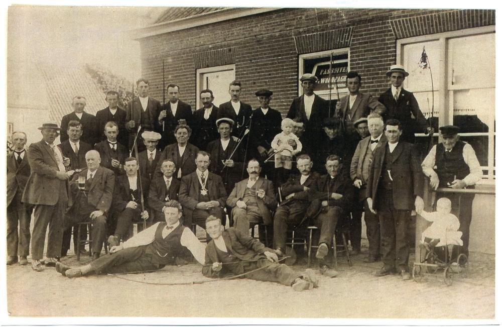 """Ca1925 Handboogschutterij """"De Eendracht"""" ook wel """"De Houtbrekers"""" of """"De Houtzagers"""" Cafe Pas Buiten"""
