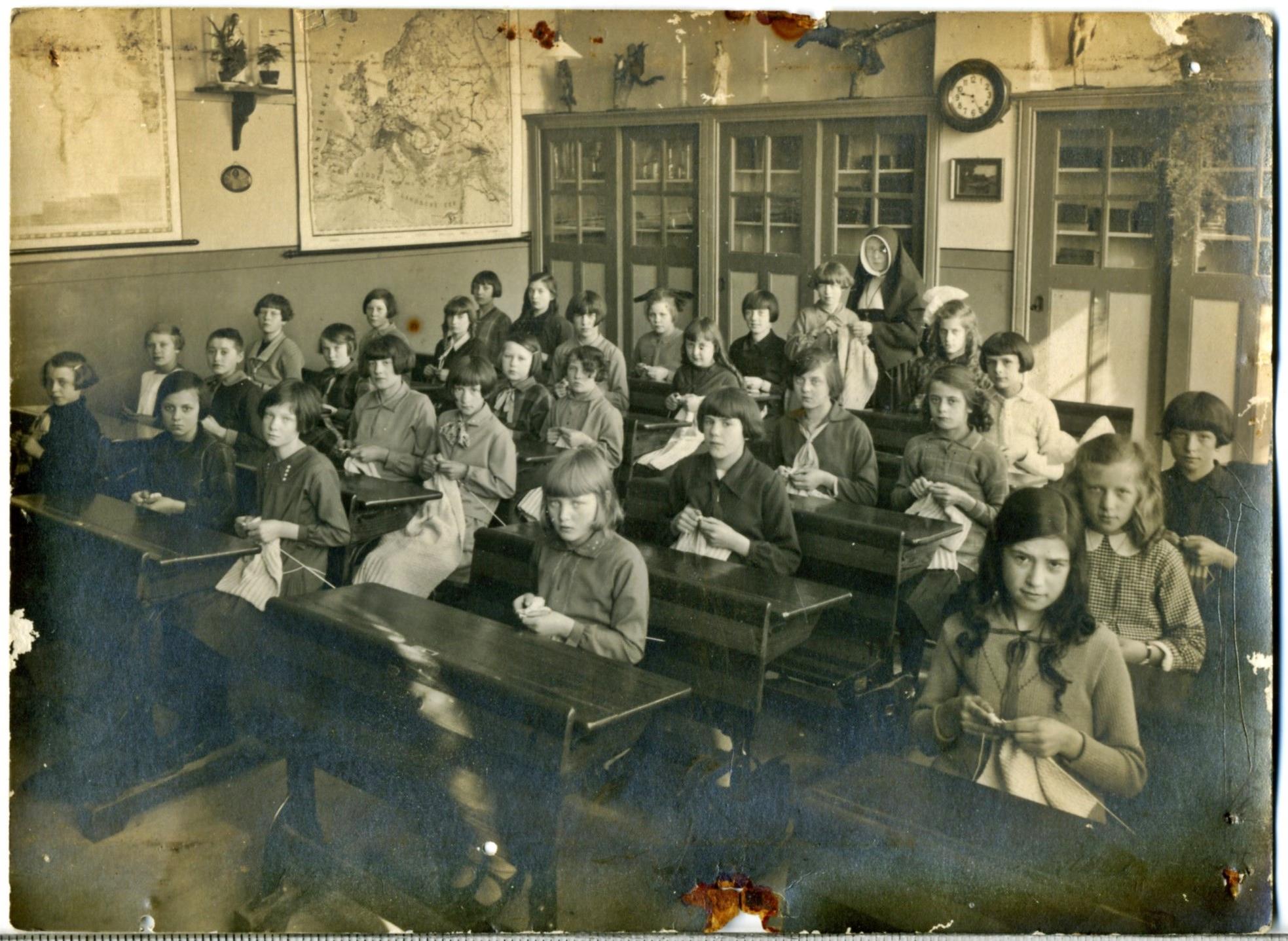 1932ca Klas Adrianus klooster breien