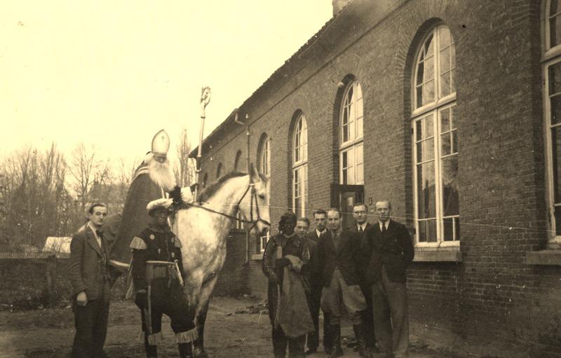 1942 Intocht Sinterklaas, voor de oude Jongensschool, nu Johan Frisoplein