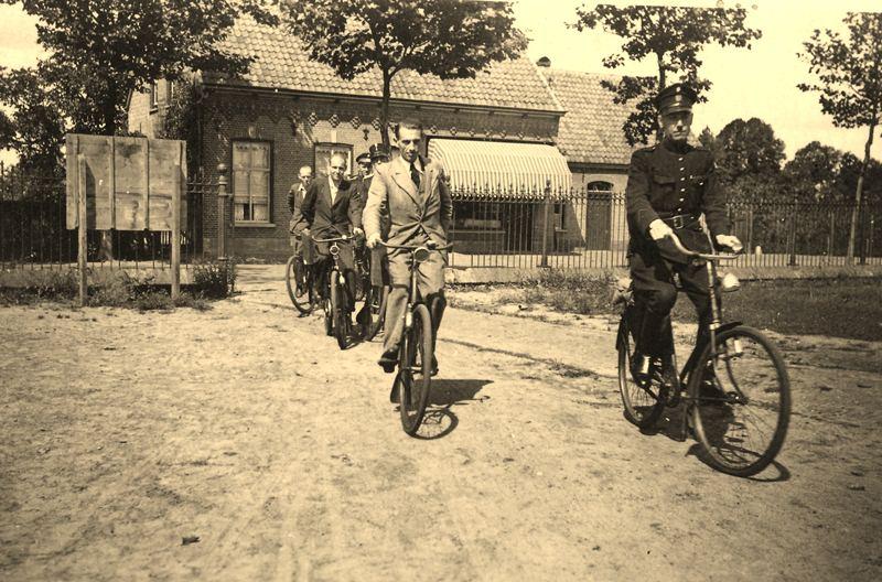 Zomer1943 Transport Distributiebescheiden (bonnen) onder politiebewaking
