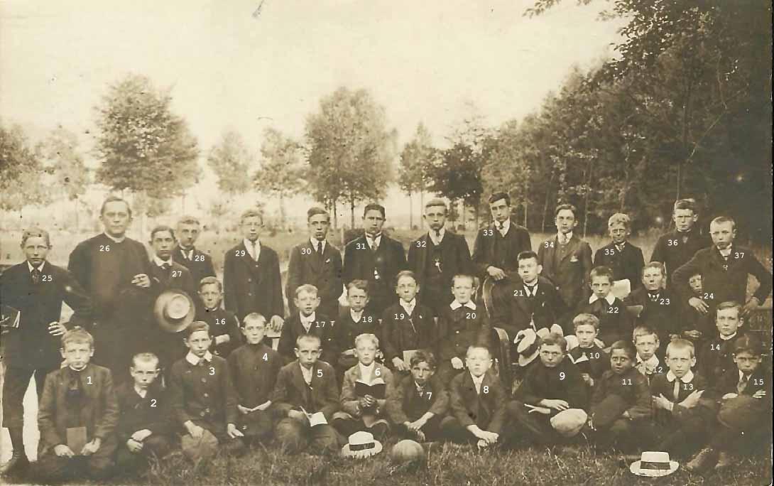 ca1913 Leden patronaat (zangkoor) nabij St. Charles, op achtergrond Esscheweg - Gestelseweg