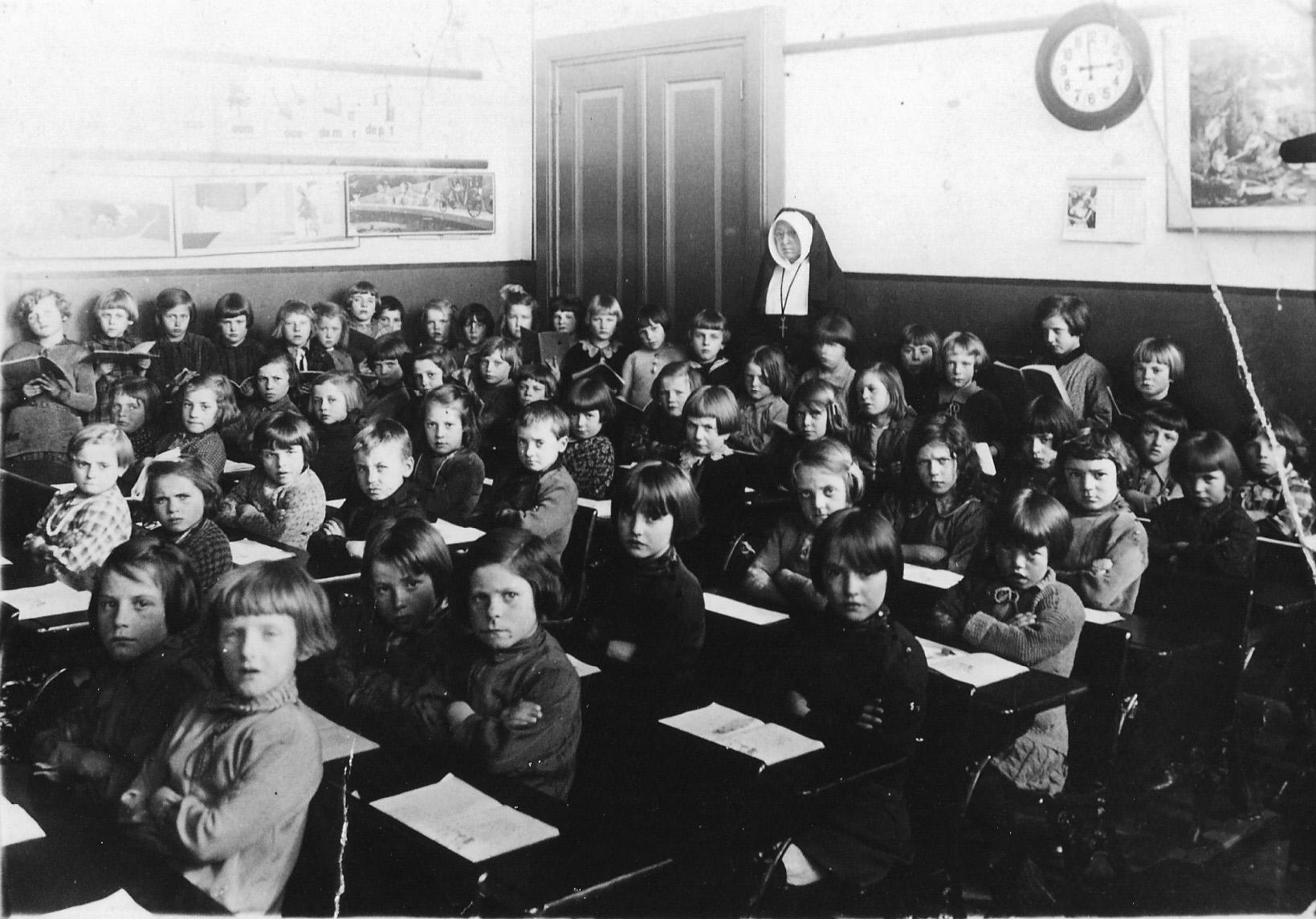 ca1925 Meisjesschool met zuster Judoka handwerklerares