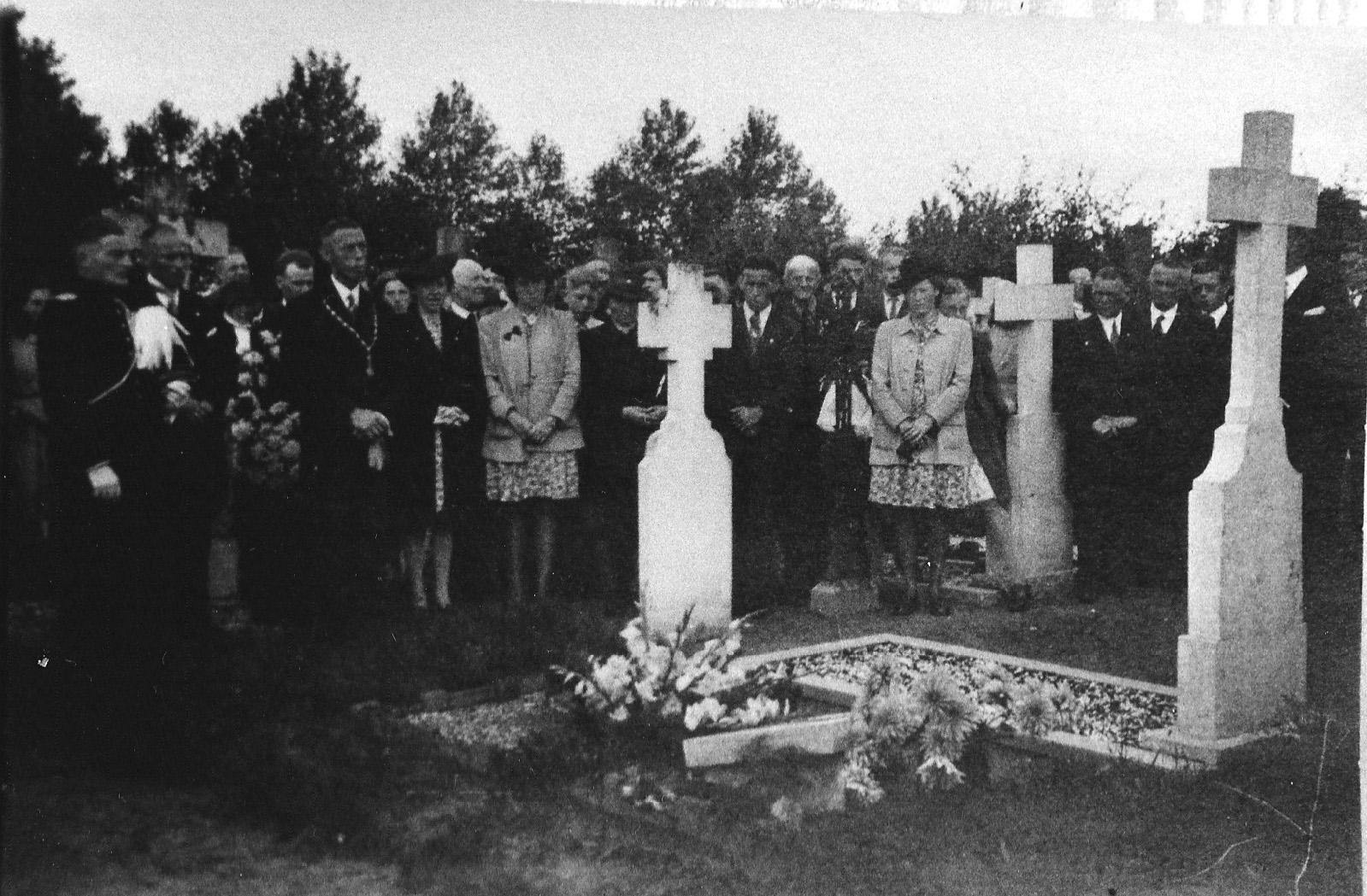 ca1946 Herdenking op het kerkhof  eind jaren 40 met wnd burgemeester Frans Schellekens