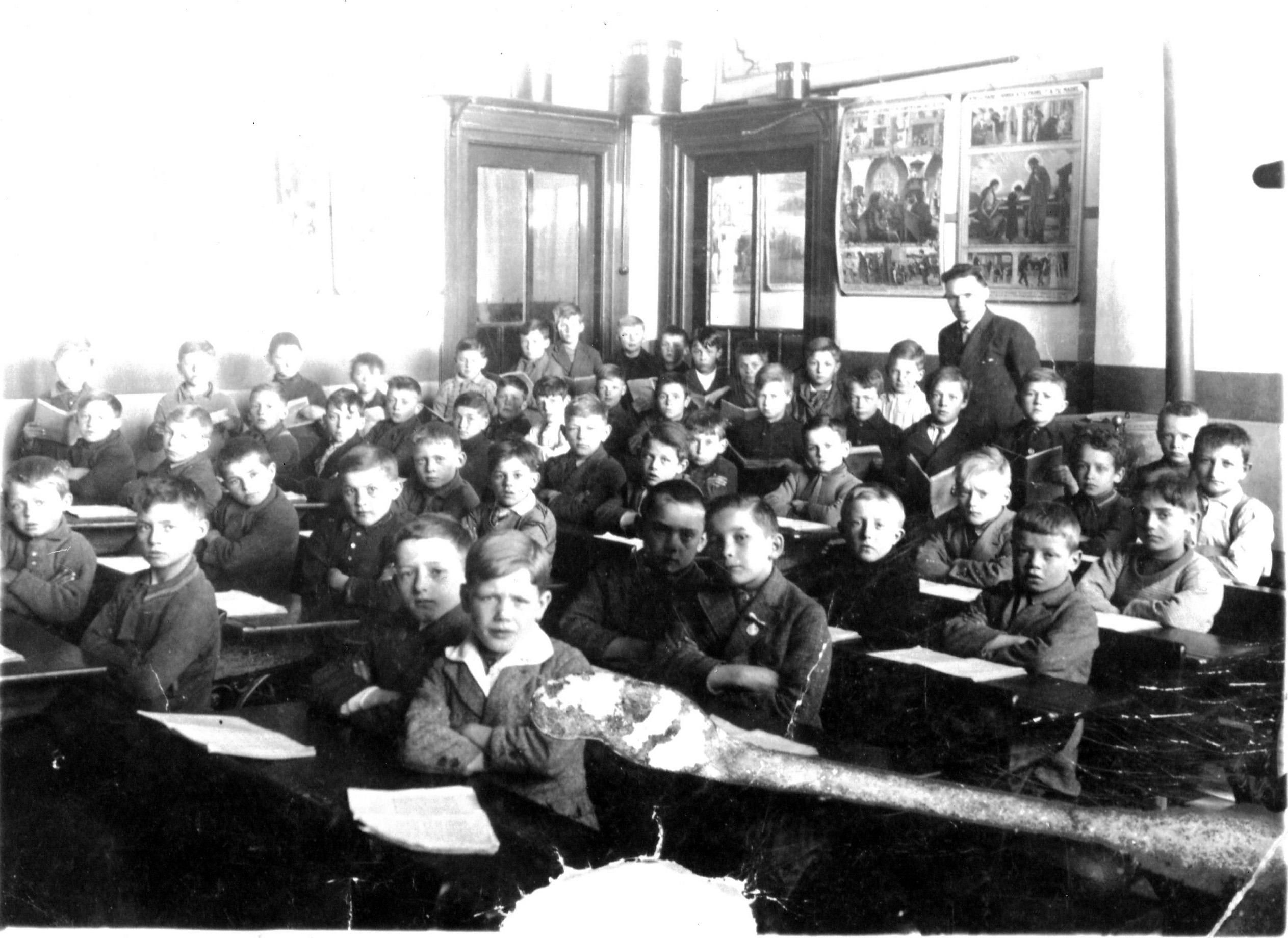 ca1929 RK Jongensschool in Sint-Michielsgestel 1e links Jan Blummel, meester A. van Beckhoven