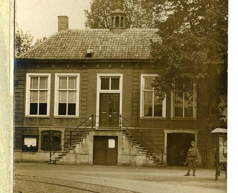 ca1916 Gementehuis met daarvoor Tramrail en een Soldaat