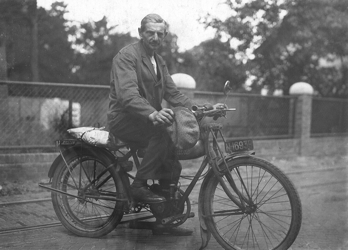 ca1936 Voor hekwerk tussen Stender en vdn. Oetelaar. Op de motor Nard van Roozendaal uit Schijndel