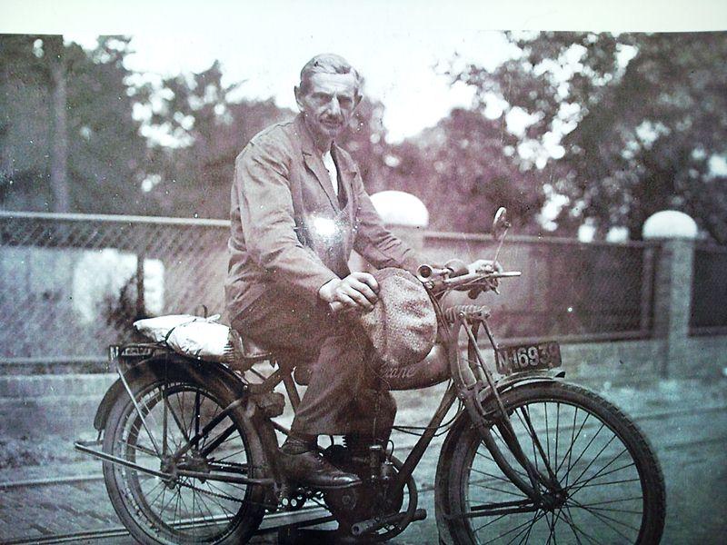 ca1936 Voor hekwerk tussen Stender en van den Oetelaar. Op de motor Nard van Roozedaal uit Schijndel