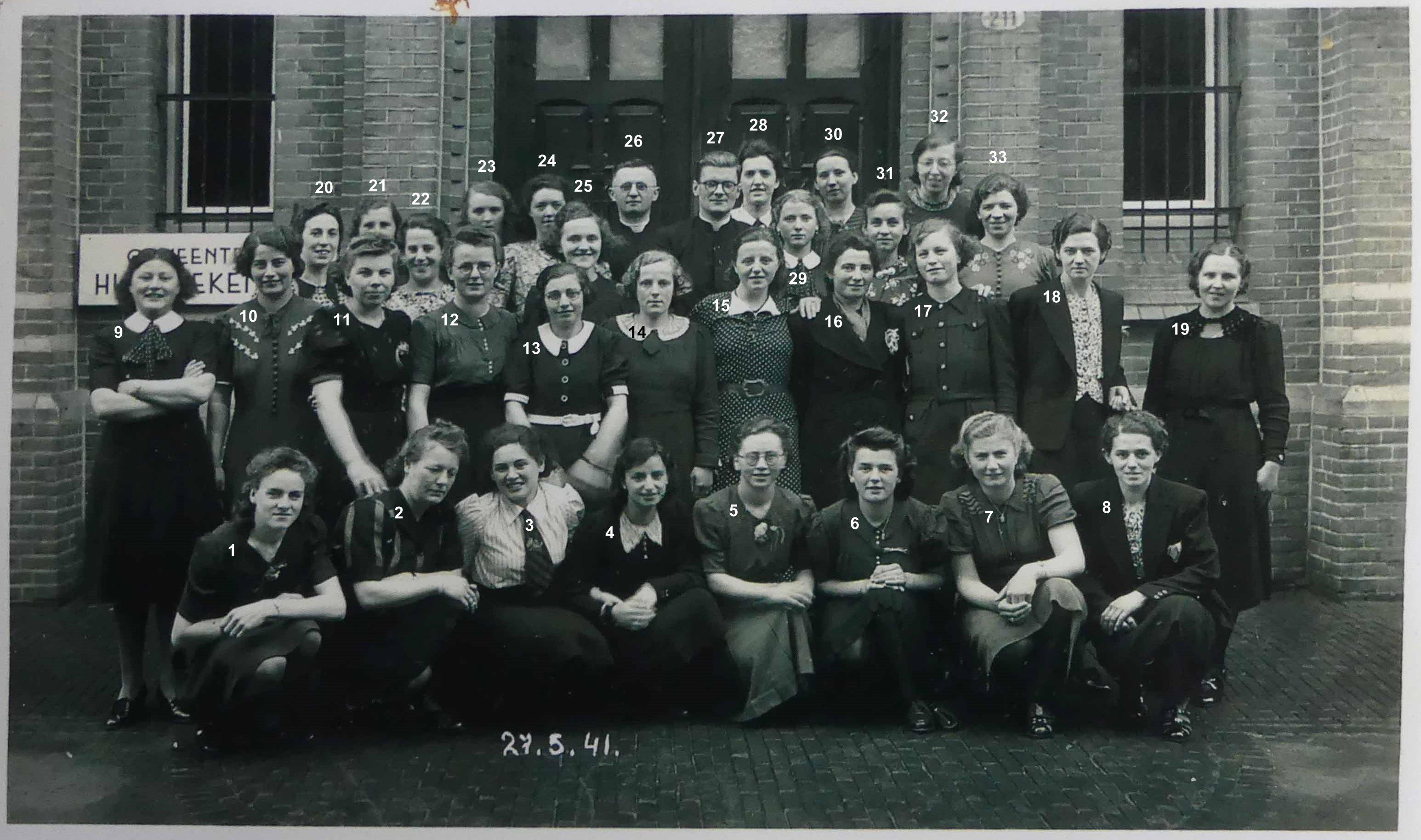 27 . 5 . 1941. Gestelse dames voor gebouw gemeente H….ekeI..