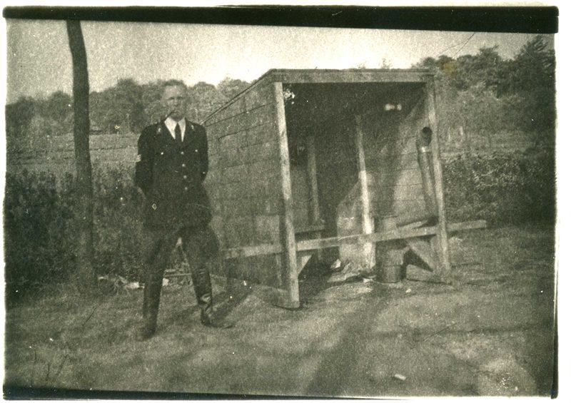 ca1945/50 Politie Frederik ter Stege bij wacht-hok met kachel