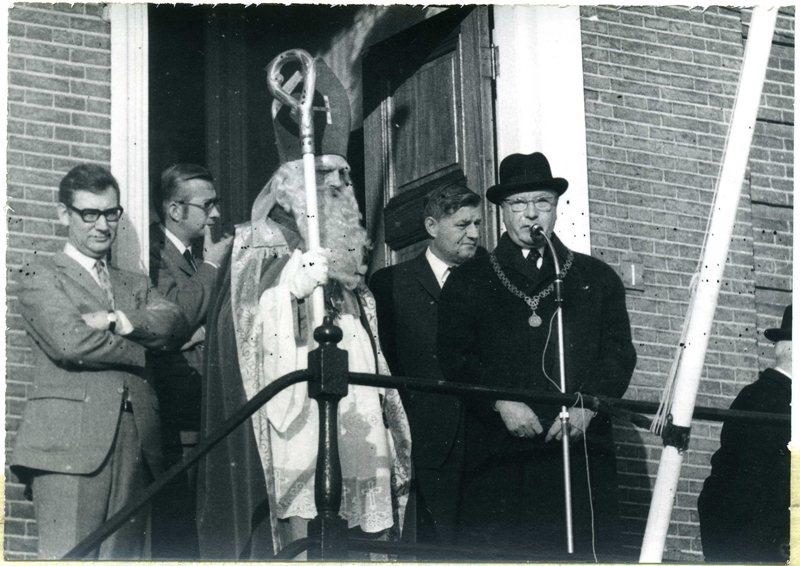 ca1960 Ontvangst Sinterklaas op het gemeentehuis