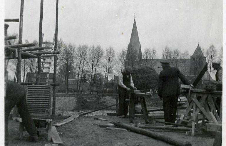 1935 Timmerwinkel van der Linden in aanbouw met op de achtergrond een hoop Spijt of Speijt