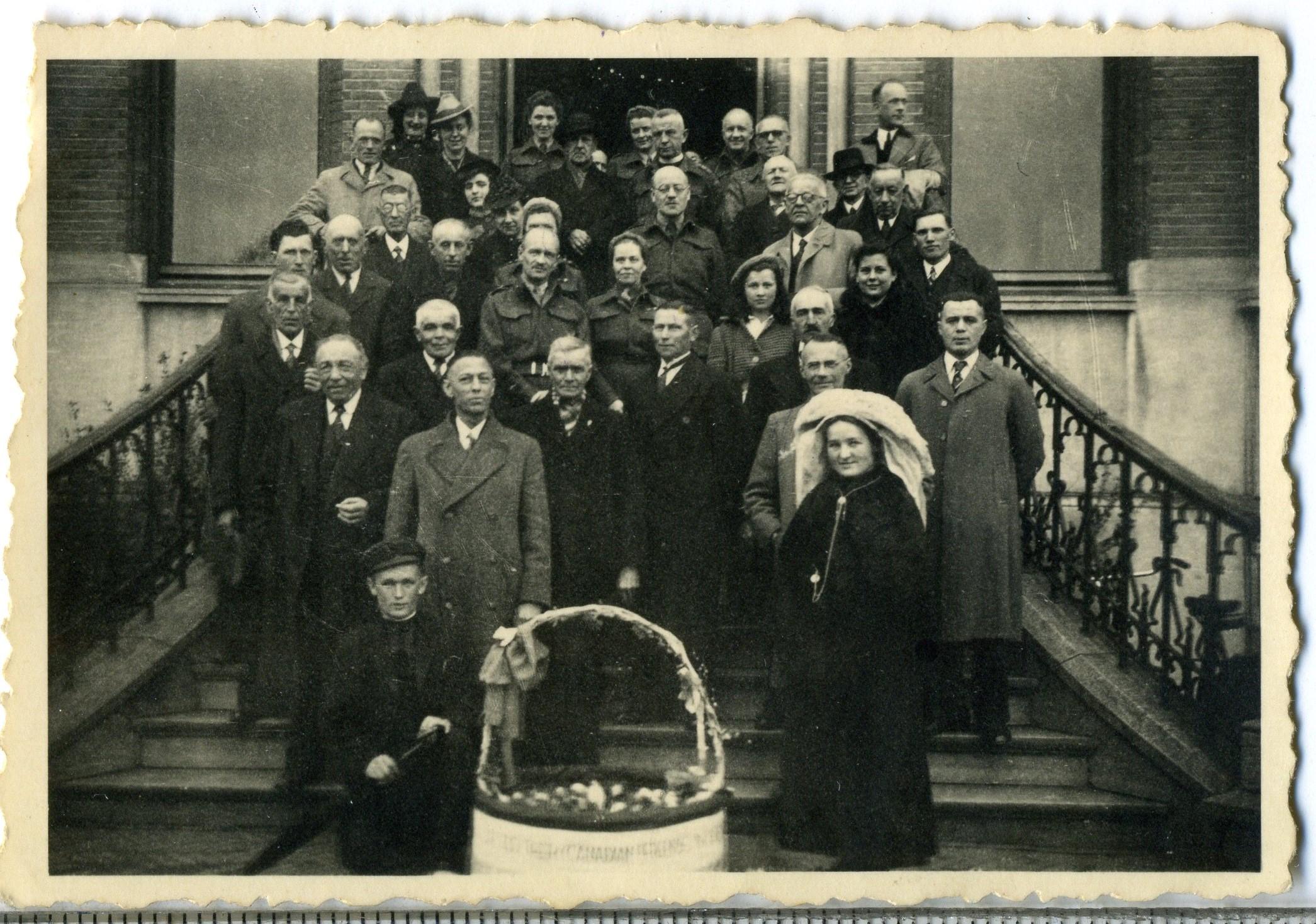 1 april 1945 Bevolking Sint-Michielsgestel dankt de Canadezen met een mand eieren