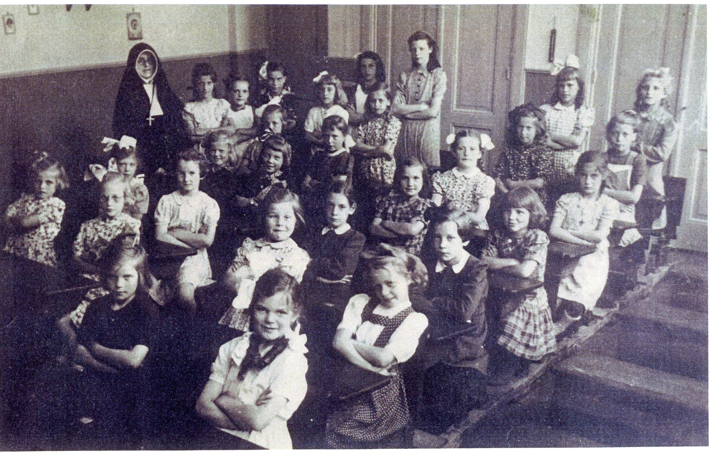 "ca1950 Klas meisjesschool  Huize ""St-Adrianus"""