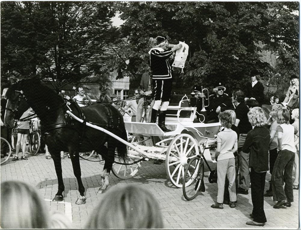 1970, 5 mei. Bevrijdingsdag. Omroeper