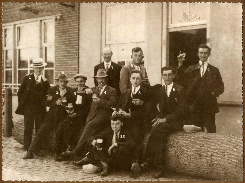 """Ca1925. De  handboogschutterij """"De Eendracht"""" voor café """"Pas Buiten"""""""