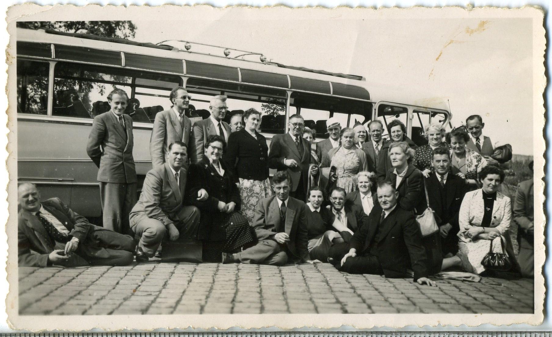 ca1955 Uitstap middenstand met de bus naar?