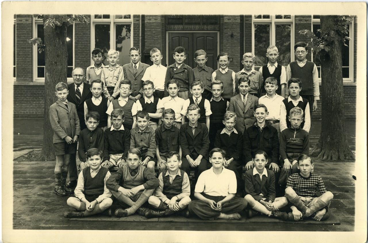 """Mei 1948 R.K. jongensschool """"Sint-Michaël"""" te Sint-Michielsgestel, 4e Klas"""