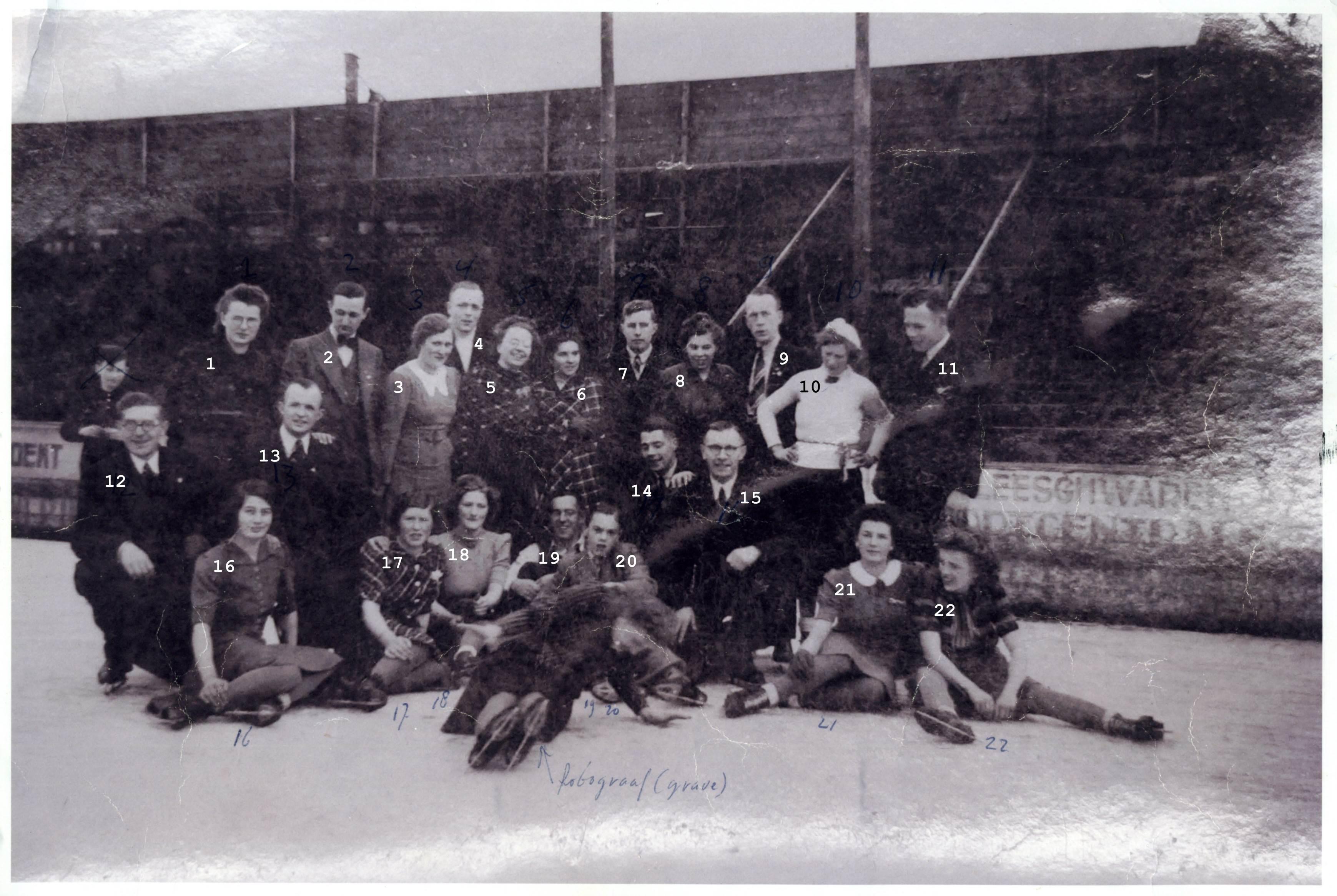 1941 of 1942 St. Michielsgestel op kunstijs schaatsbaan met hoge schutting in Tilburg